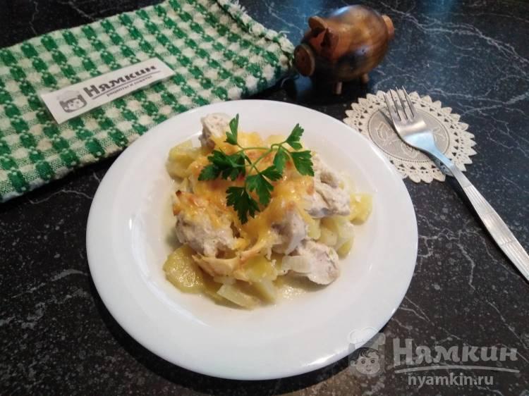 Запечённое куриное филе с картошкой и луком в майонезе под сыром