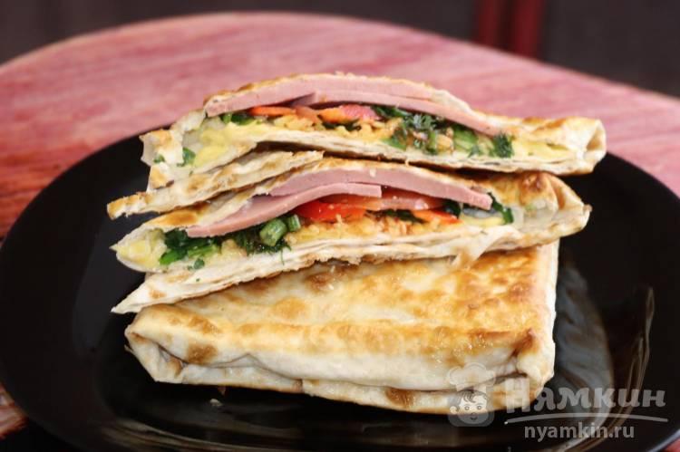 Закуска из лаваша с начинкой из колбасы и помидоров – перекус на скорую руку