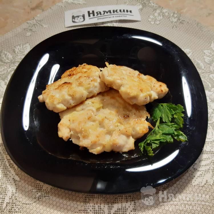 Оладьи из куриного филе кусочками со сметаной и крахмалом