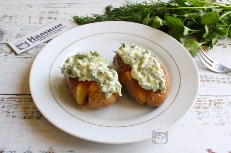 Картошка по-деревенски со сметанным соусом