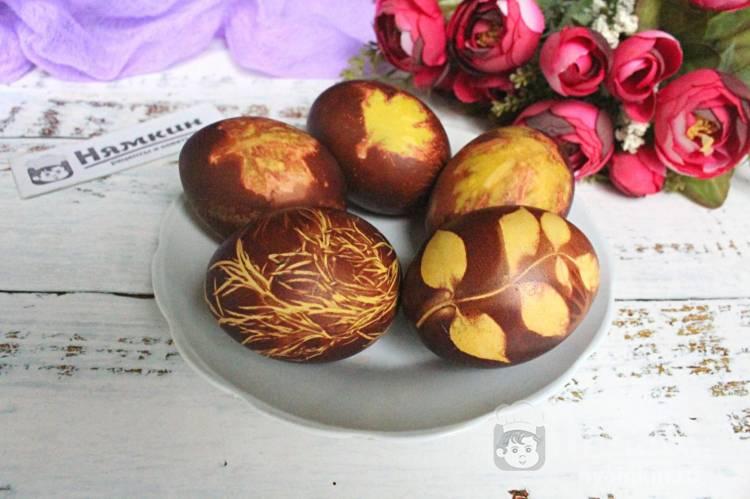 Красим пасхальные яйца в луковой шелухе от красного лука