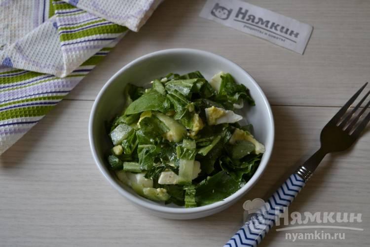 Салат из огурцов, яиц и рукколы с оливковым маслом