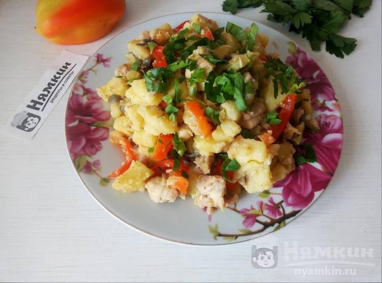 Картофель с курицей, болгарским перцем и луком на сковороде