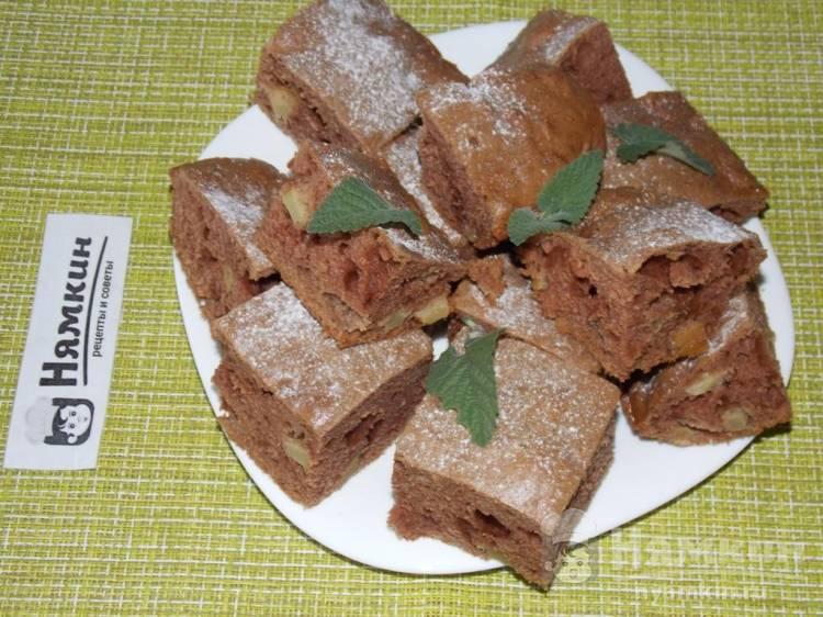 Пышный кекс с какао и яблоком в духовке