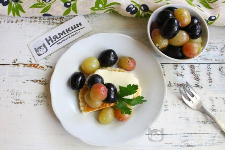 Запеченный виноград с оливковым маслом и розмарином в духовке
