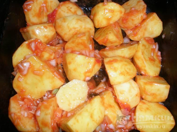 Картошка по-деревенски в томате с луком в духовке - фото шаг 4
