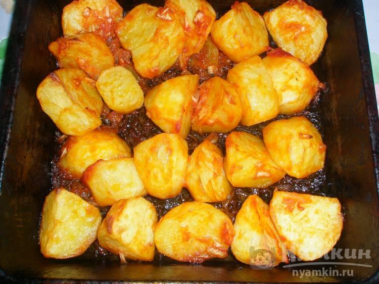 Картошка по-деревенски в томате с луком в духовке - фото шаг 5