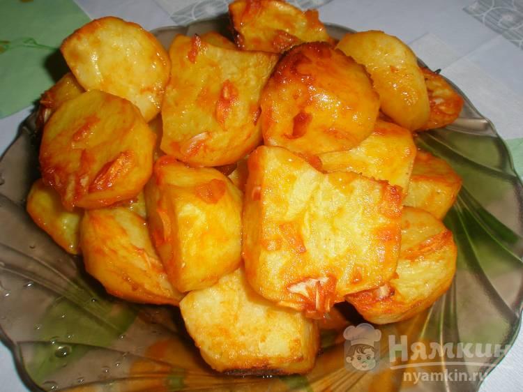 Картошка по-деревенски в томате с луком в духовке - фото шаг 6