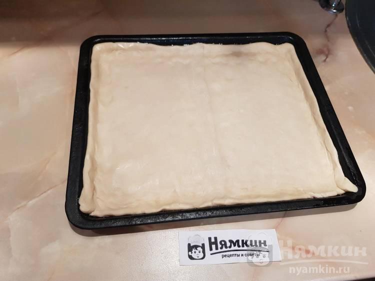 Пицца из готового слоёного теста с шампиньонами, колбасой и сыром - фото шаг 1