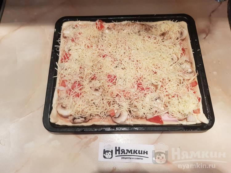 Пицца из готового слоёного теста с шампиньонами, колбасой и сыром - фото шаг 5